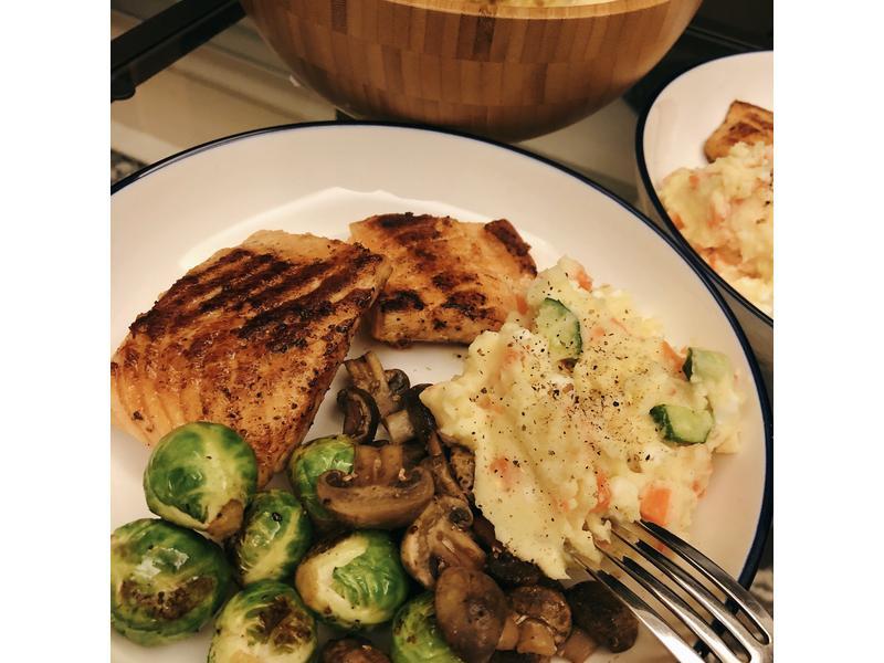 香煎鮭魚排佐馬鈴薯泥球芽甘藍與洋菇