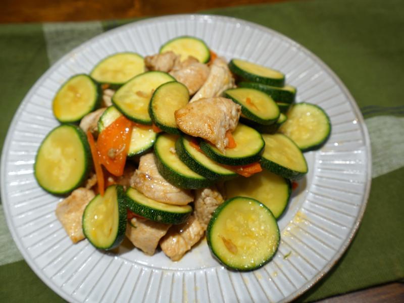 櫛瓜炒雞丁。簡易便當菜