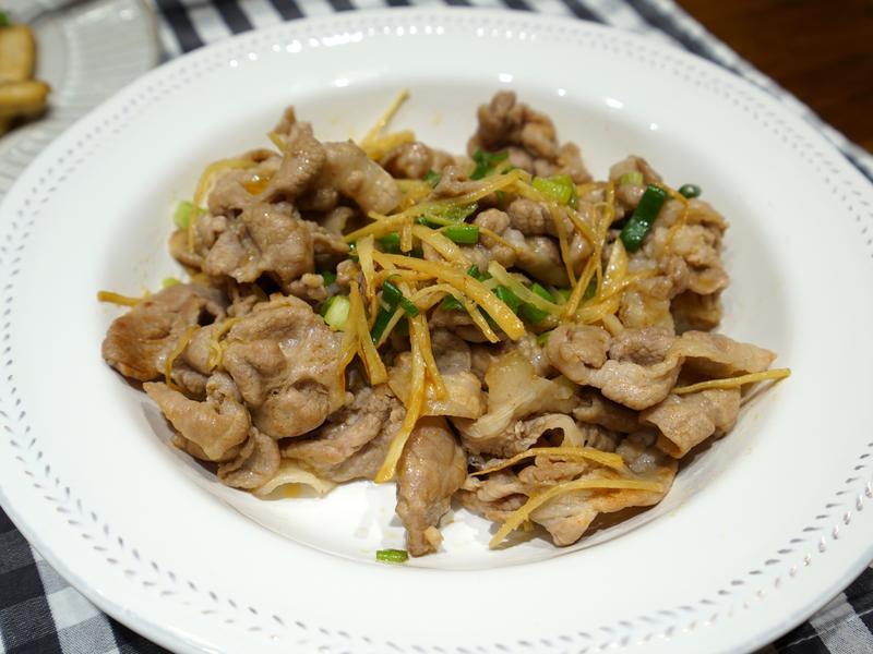 薑絲炒肉片。簡易便當菜料理