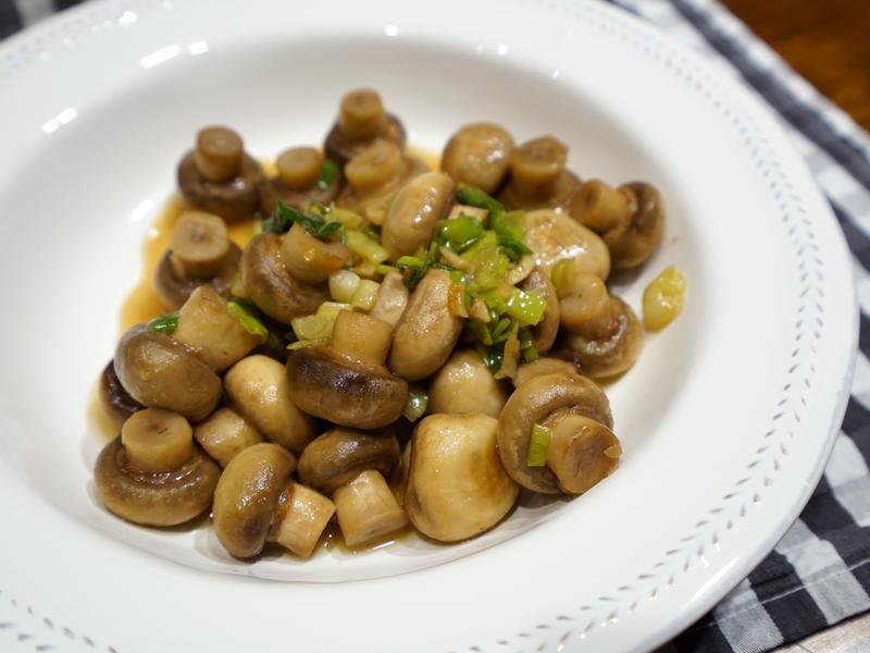 蔥蒜炒蘑菇。簡易便當菜
