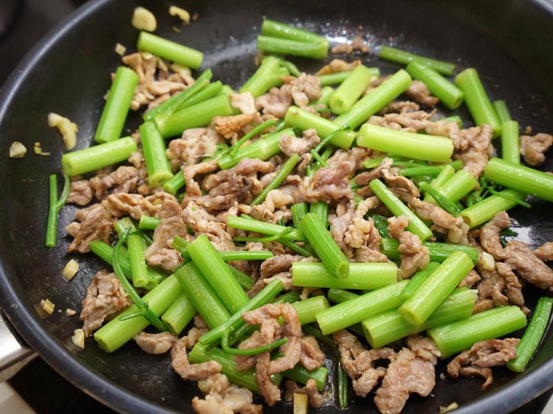 芹菜炒肉絲。簡易便當菜