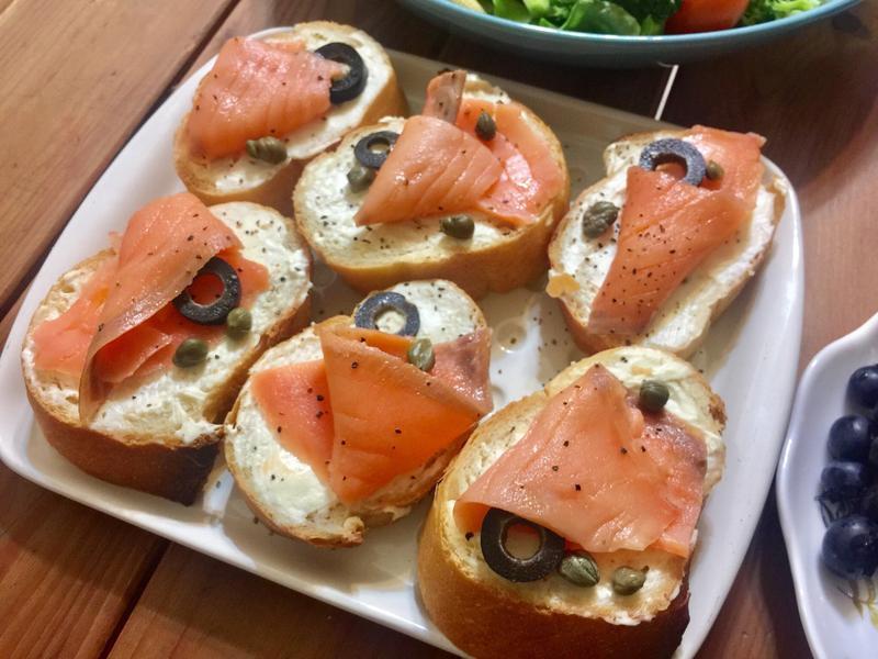 法國麵包佐燻鮭魚