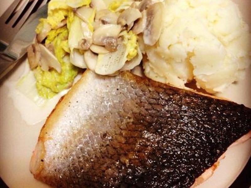 香煎鮭魚配奶油燉娃娃菜
