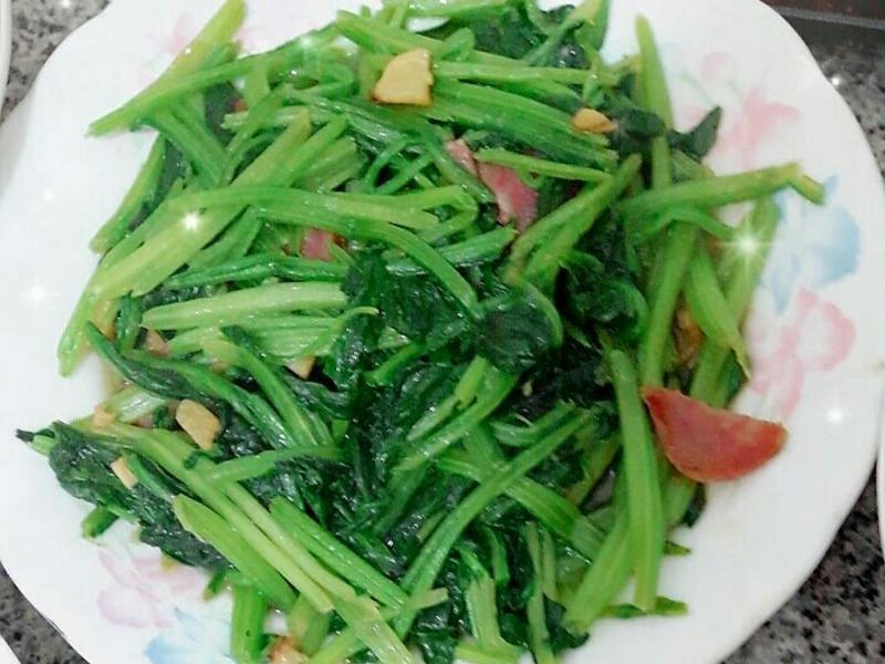 菠菜炒香腸