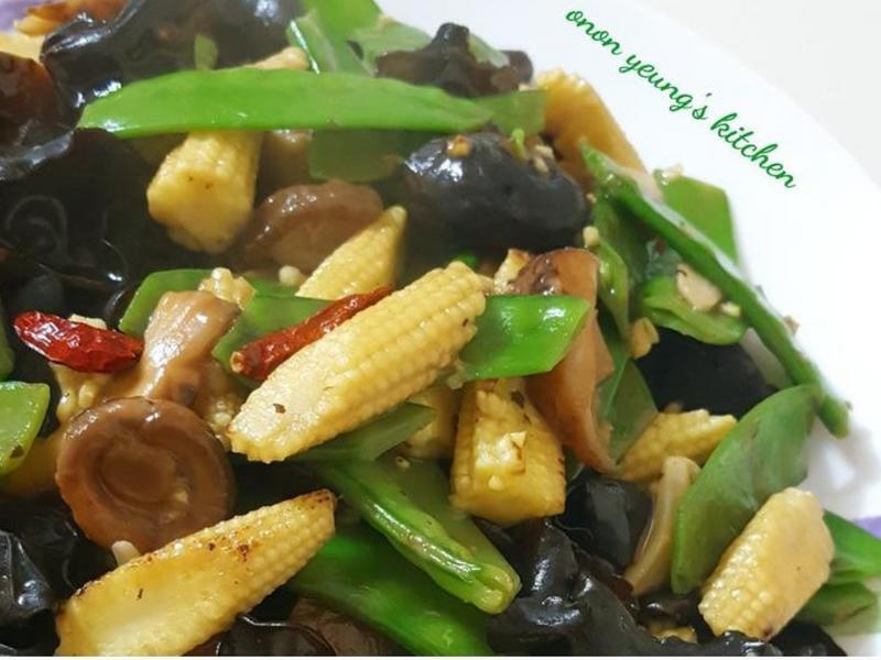 過年素菜の清炒荷蘭豆 玉米筍香菇黑木耳