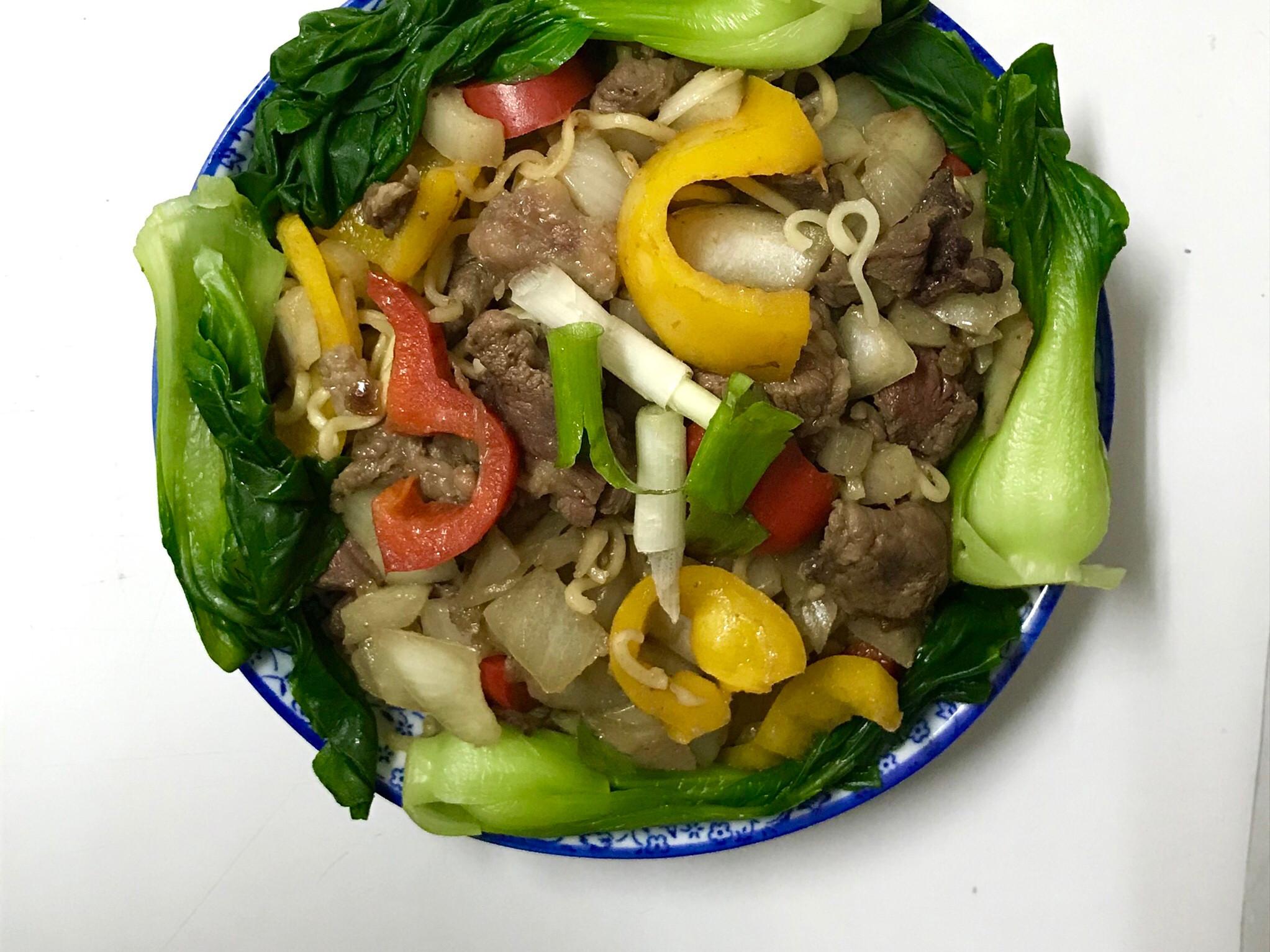同一天的料不同煮法—印尼撈麵拌彩椒洋蔥牛