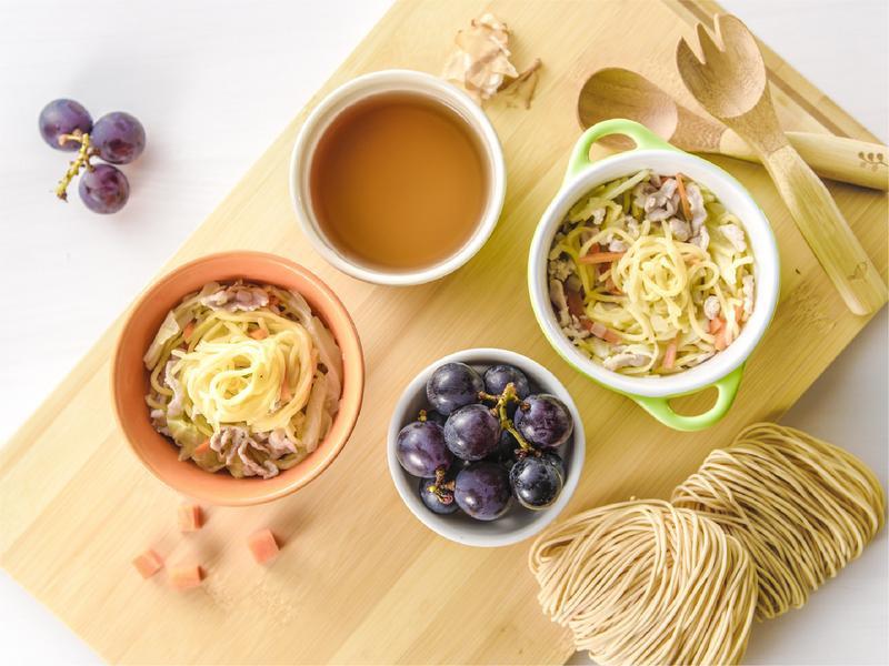 寶寶食譜/家常炒麵/柴魚昆布湯搭配葡萄