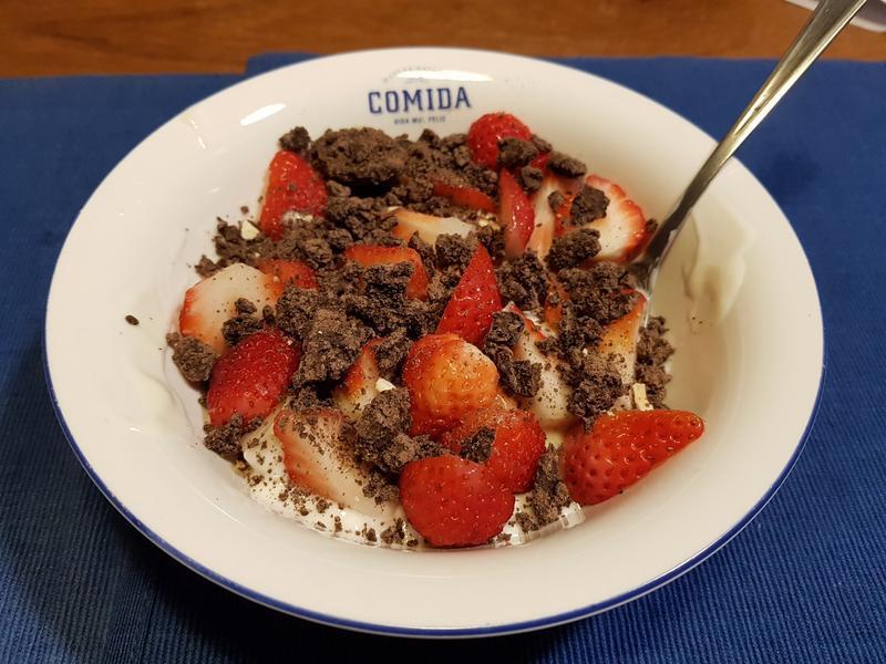 【輕盈點心】巧克脆片草莓優格