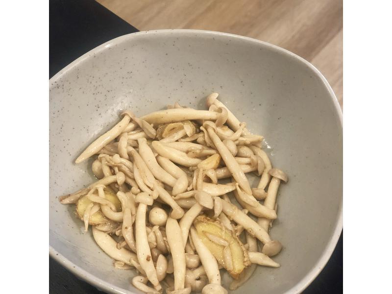 隨便都好吃的『麻油美白菇』