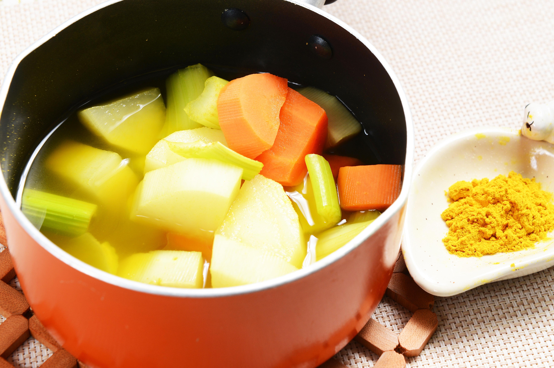 薑黃西芹蘿蔔湯