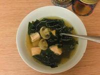 超簡單的鮮菇海帶嫩鮭魚湯