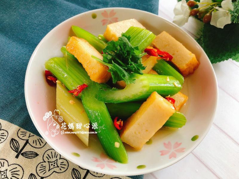 西芹炒魚板(10分鐘快速家常菜)