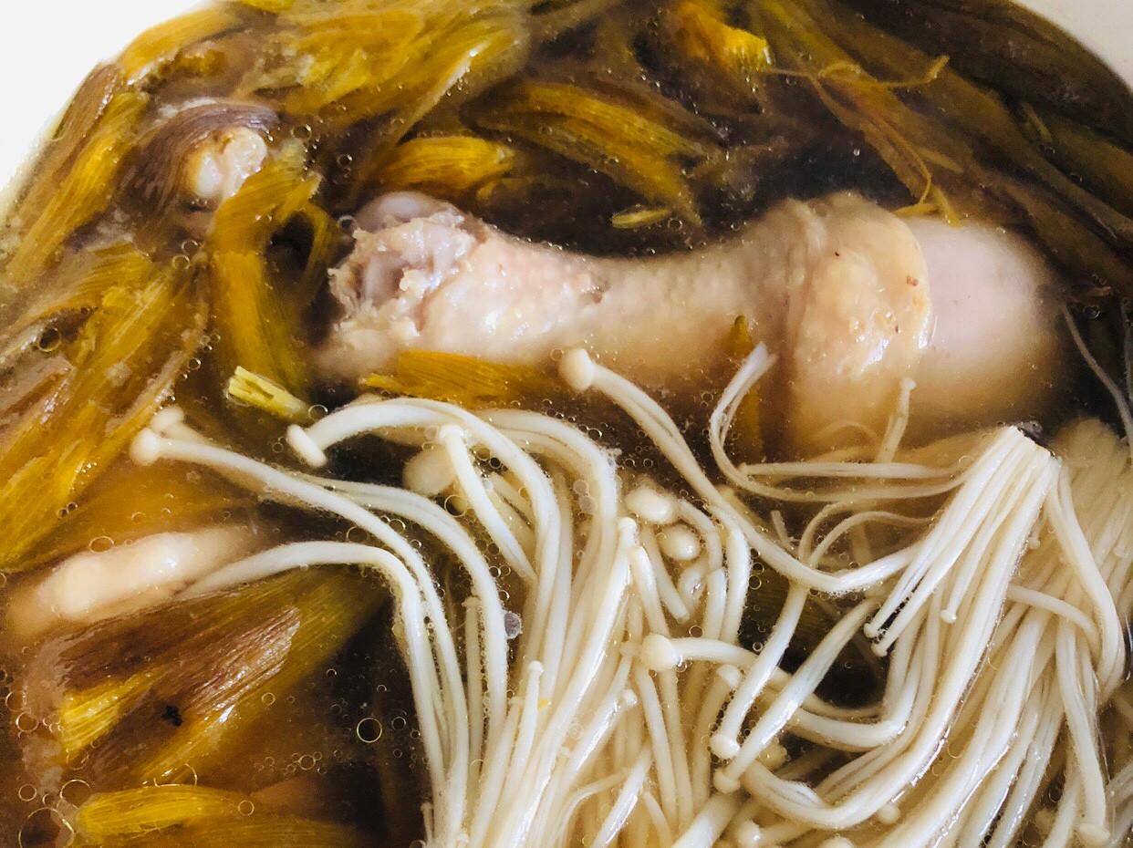 金針花雞湯
