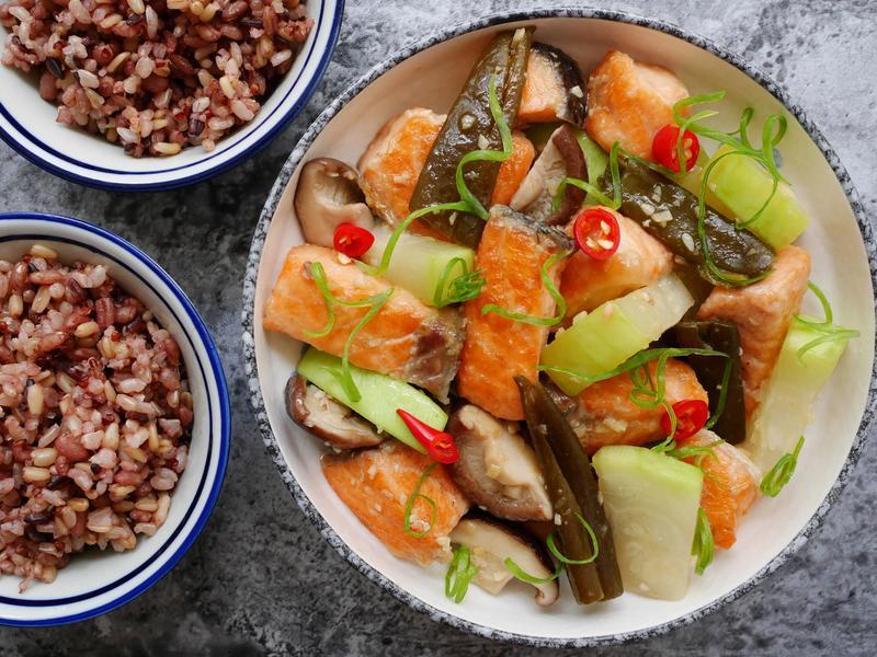 鮭魚剝皮辣椒燒瓠瓜【萬用鍋版】