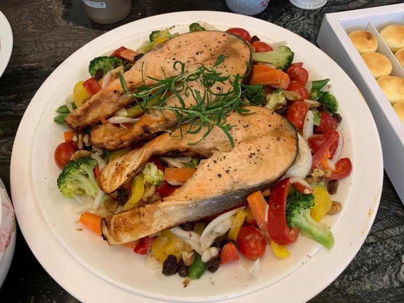 烤鮭魚佐時蔬沙拉