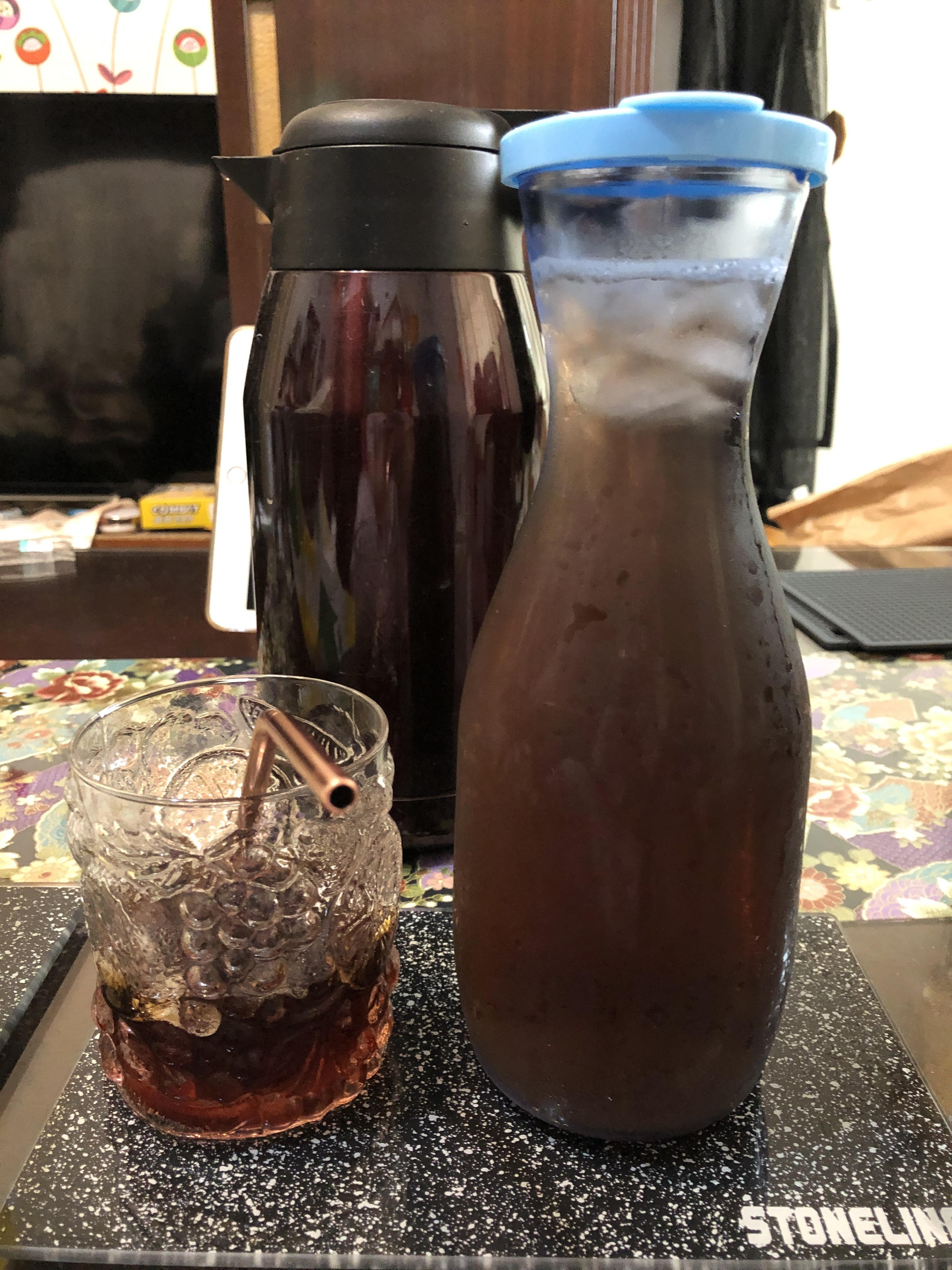 黑豆水,是用乾炒過的黑豆以熱水燜熱而成。