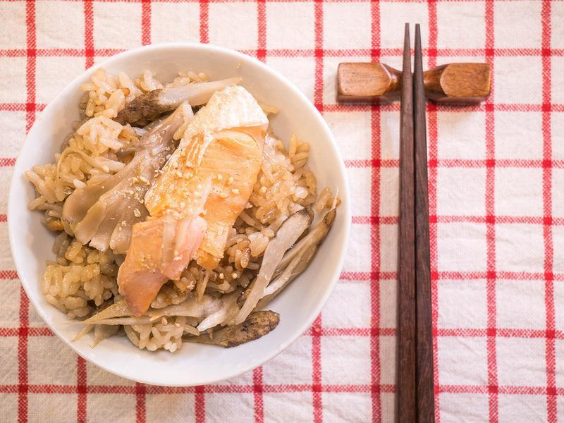 【昨日的美食】鮭魚牛蒡舞菇炊飯作法