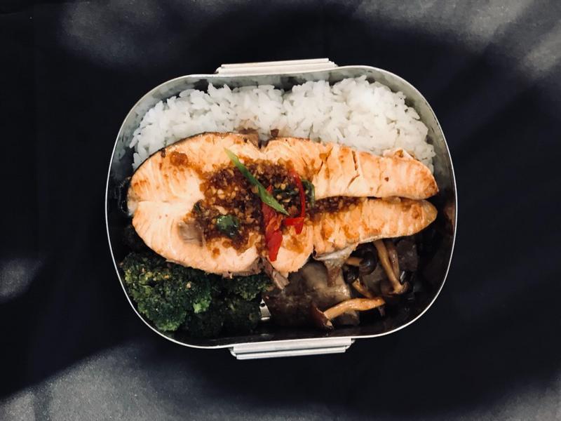 味噌溜鮭魚佐清爽蘿蔔泥便當|禾乃川小廚房
