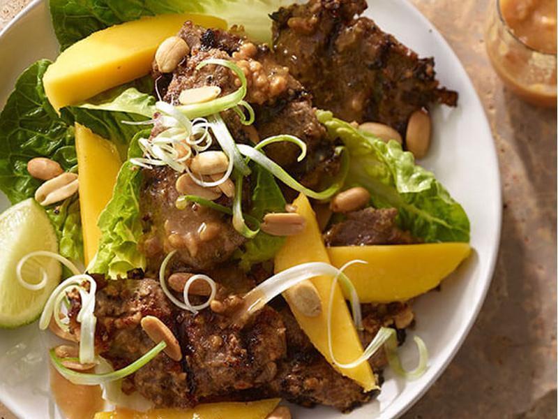 烤牛肉芒果沙拉佐花生沙拉醬