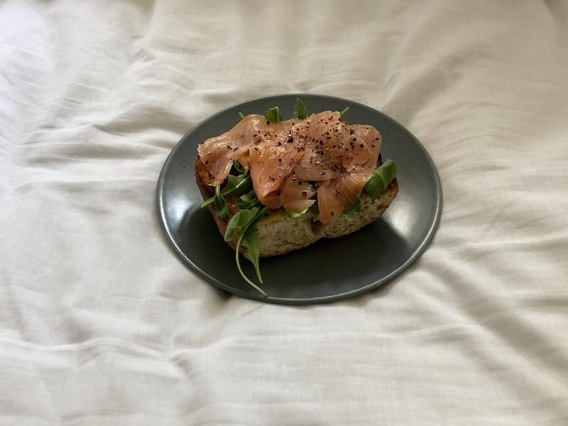 鮭魚芝麻葉拖鞋麵包