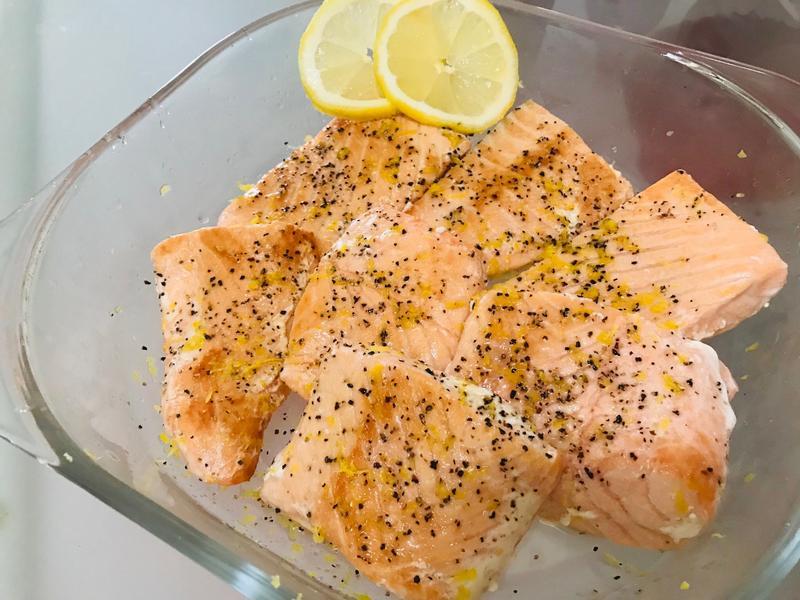 新鮮黃檸檬:香煎鮭魚佐檸檬汁