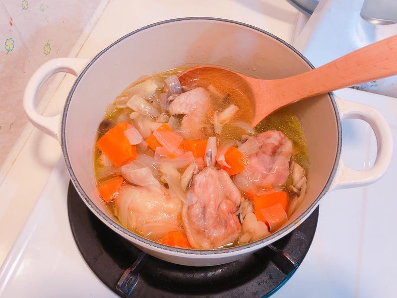超甜的洋蔥雞湯-鑄鐵鍋版