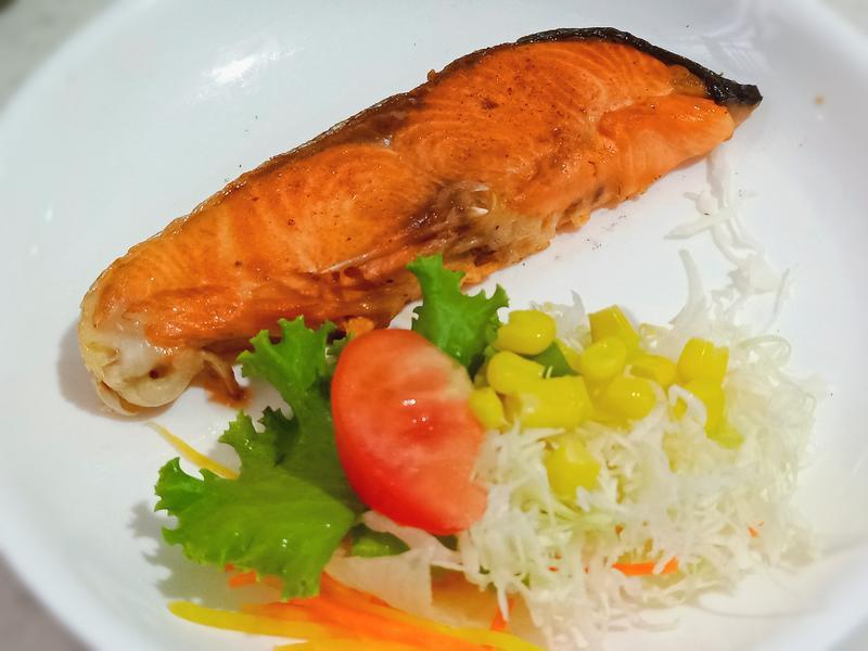 奶油香煎鮭魚佐和風沙拉