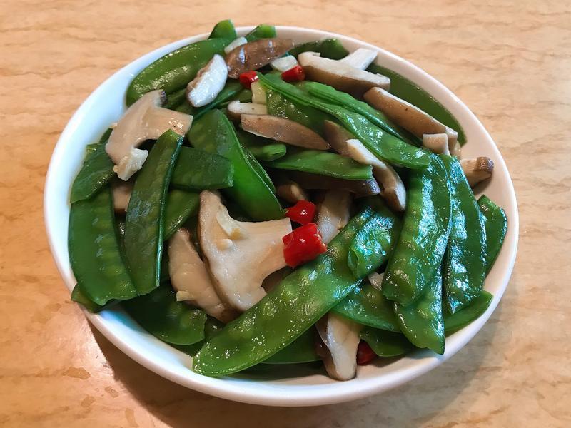 。香菇炒碗豆。
