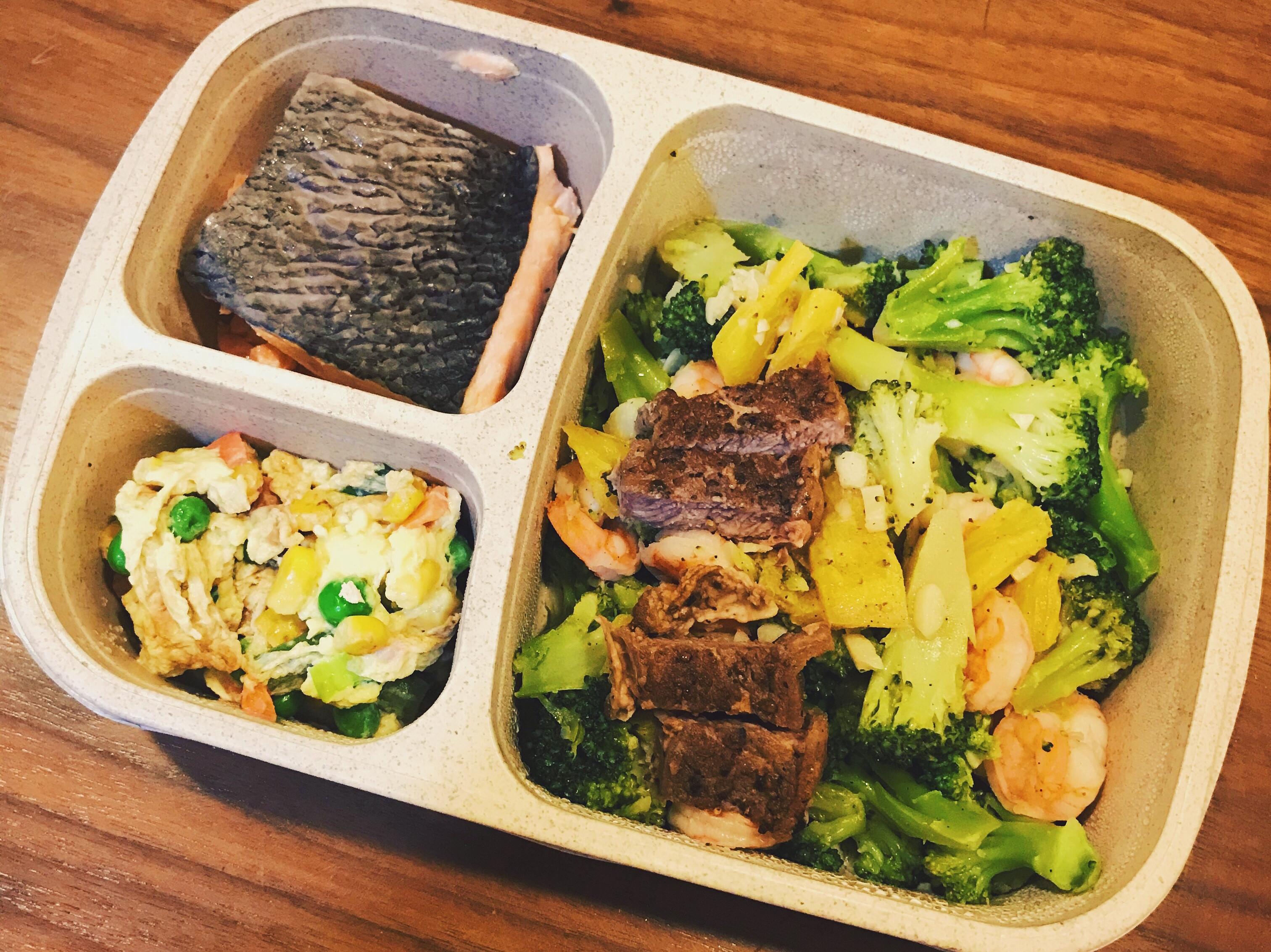 鳳梨花椰菜佐水煮鮭魚