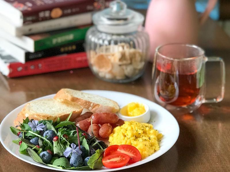 早餐吃什麼?法國麵包加炒蛋小香腸早午餐