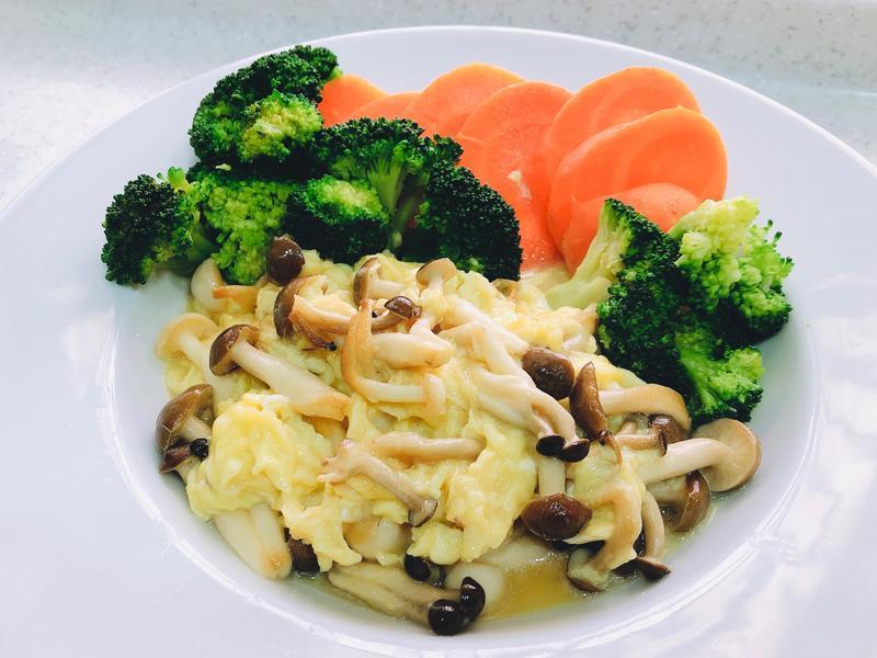 雙菇炒嫩蛋佐時蔬/鴻喜菇及雪白菇