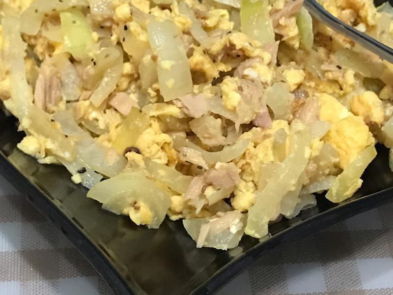 黑胡椒洋蔥炒蛋佐鮪魚罐頭
