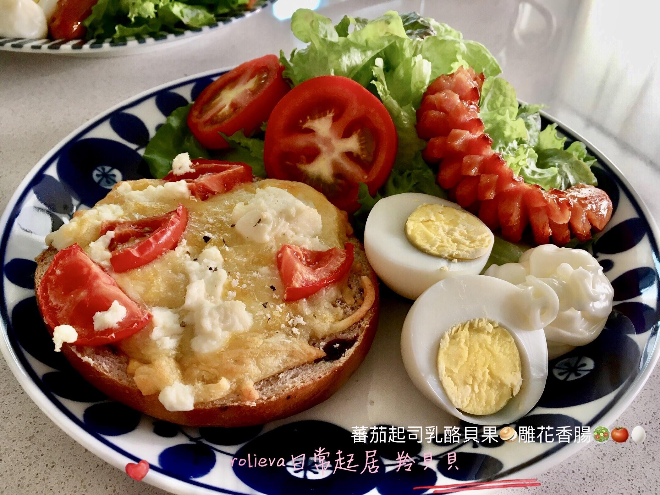 蕃茄起司乳酪貝果🥯雕花香腸🥗🍅🥚