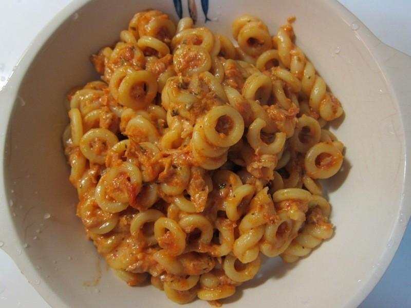 鮪魚醬麵(蕃茄起司鮪魚圈圈捲捲麵)