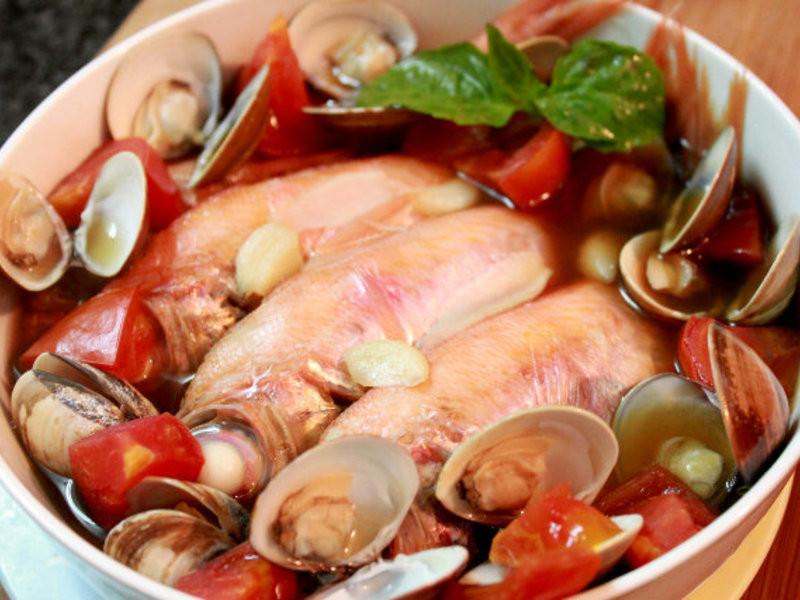蕃茄蛤蠣蒸魚。這樣蒸魚好好吃