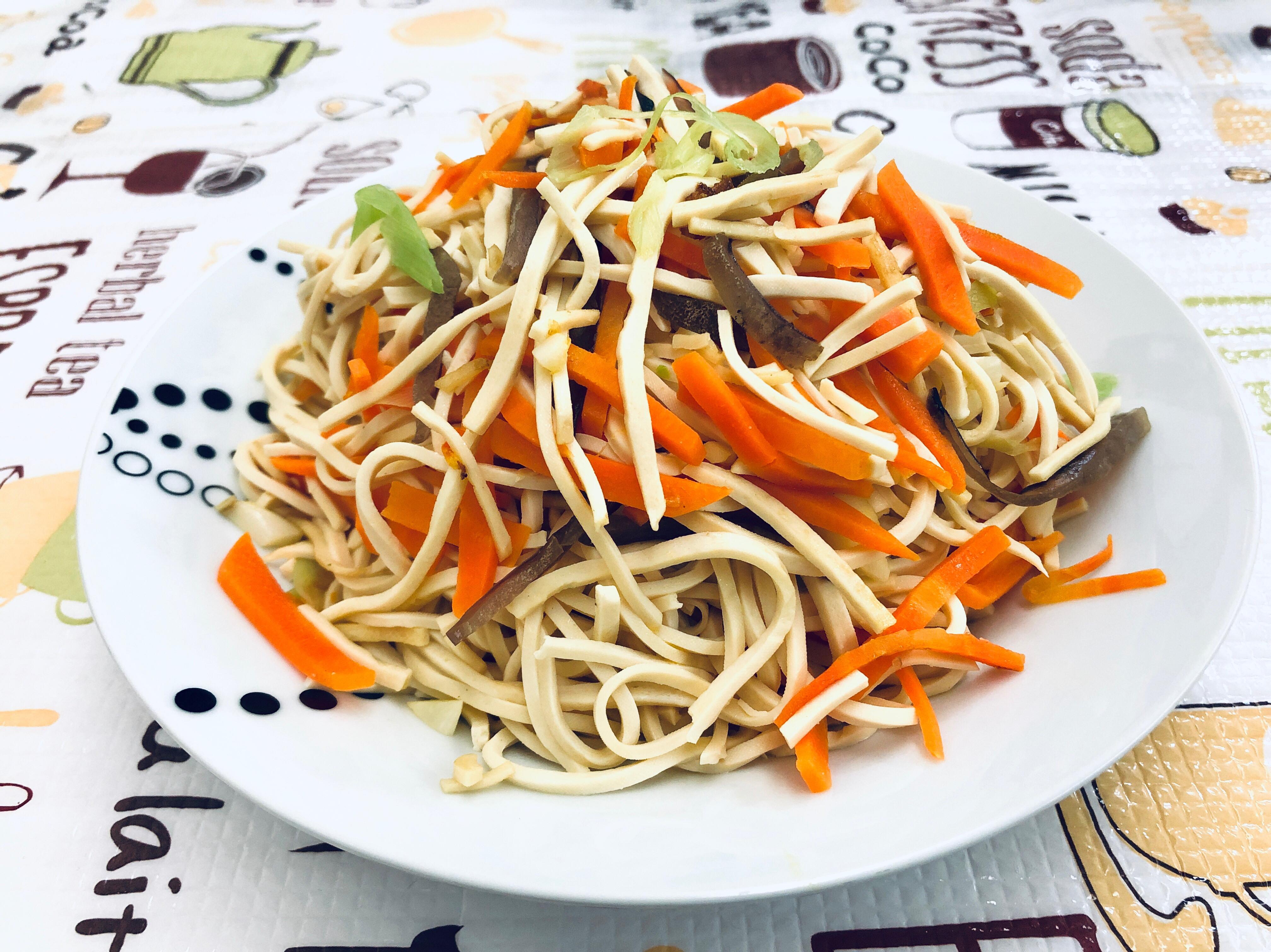 三色蔬食炒豆干絲 (紅蘿蔔、木耳)