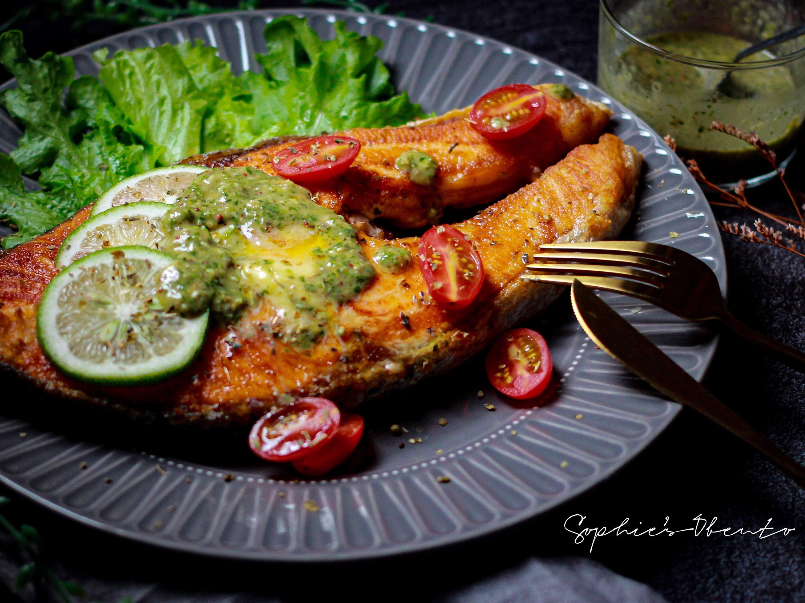 香煎鮭魚佐莎莎青醬