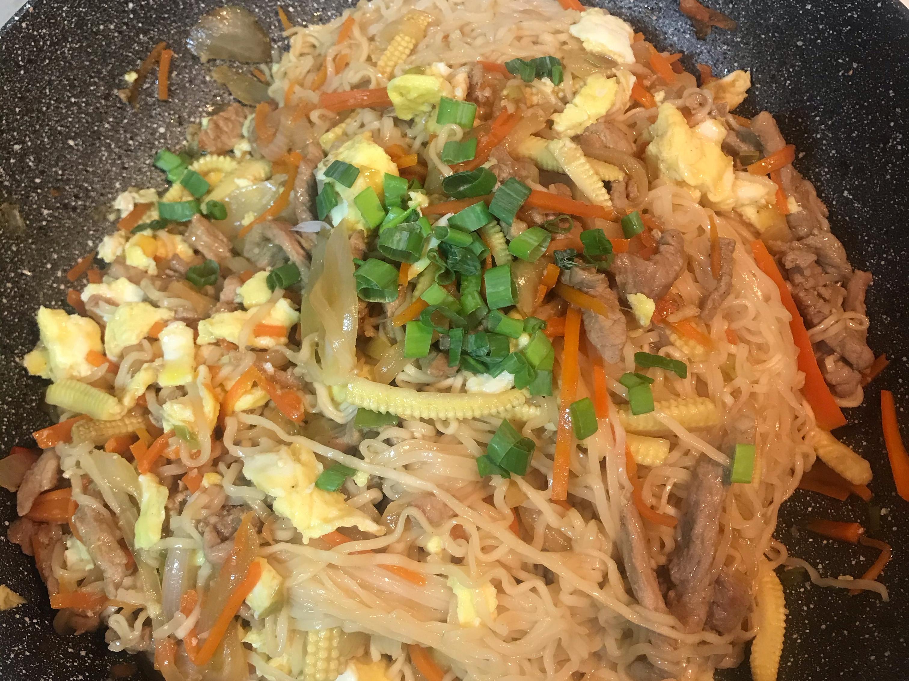 什錦炒泡麵(清冰箱料理)