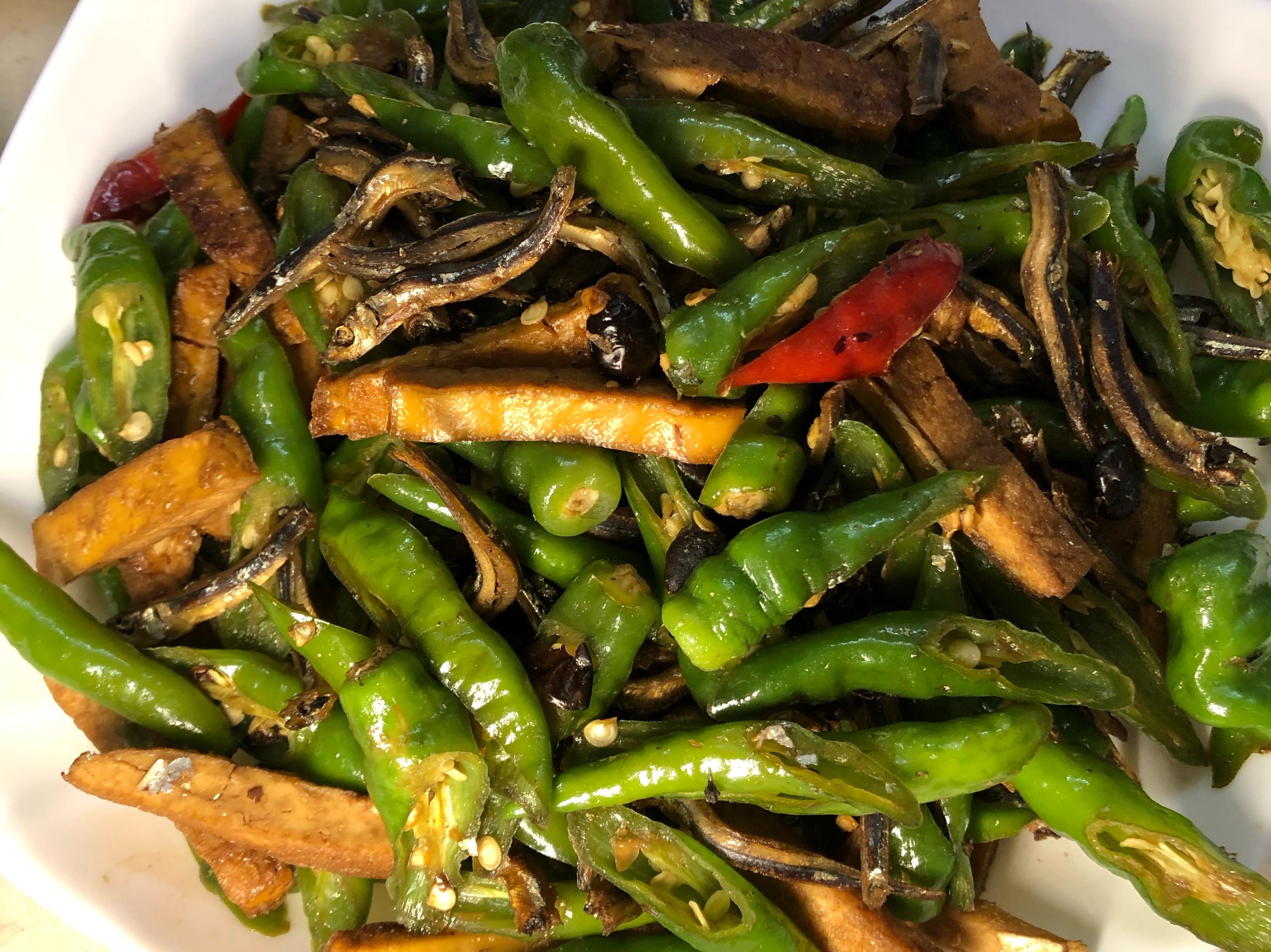 用豆鼓來製作丁香魚炒豆干糯米椒