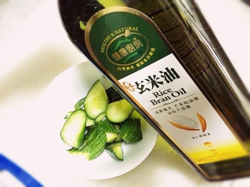 《鹽水雞小黃瓜》---黃金玄米油Home炸料理