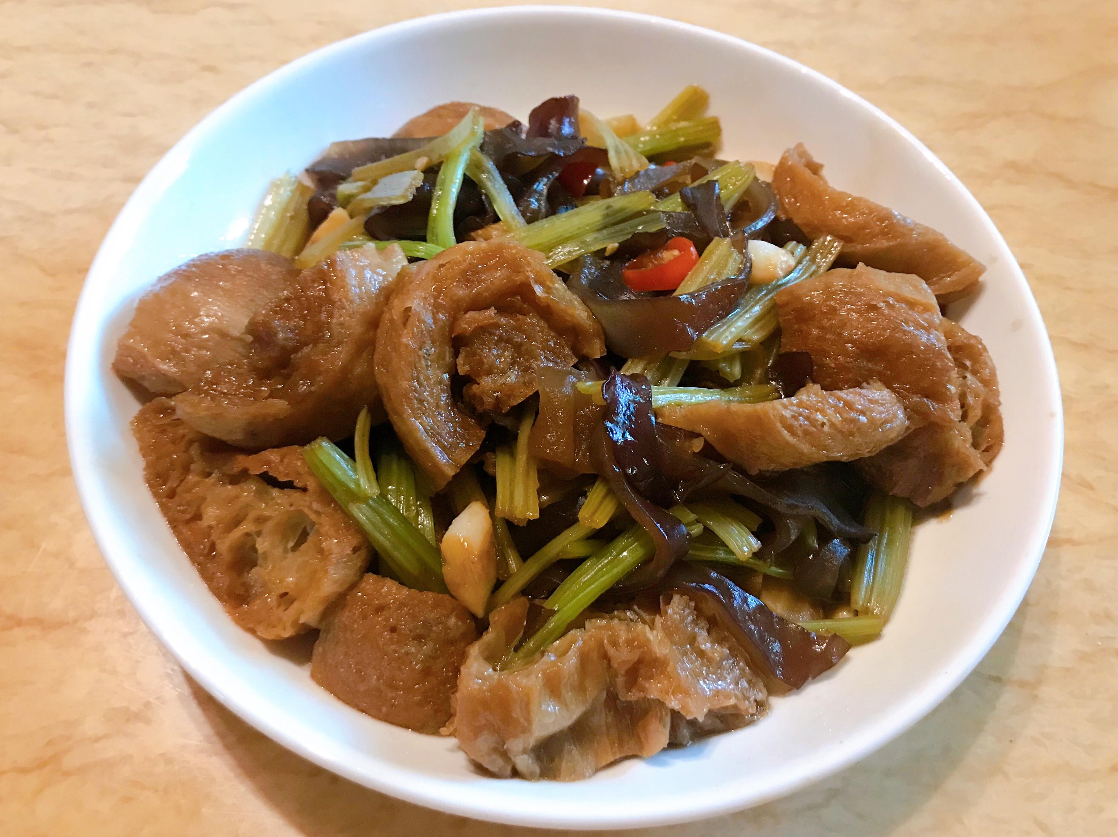 。木耳炒芹菜。