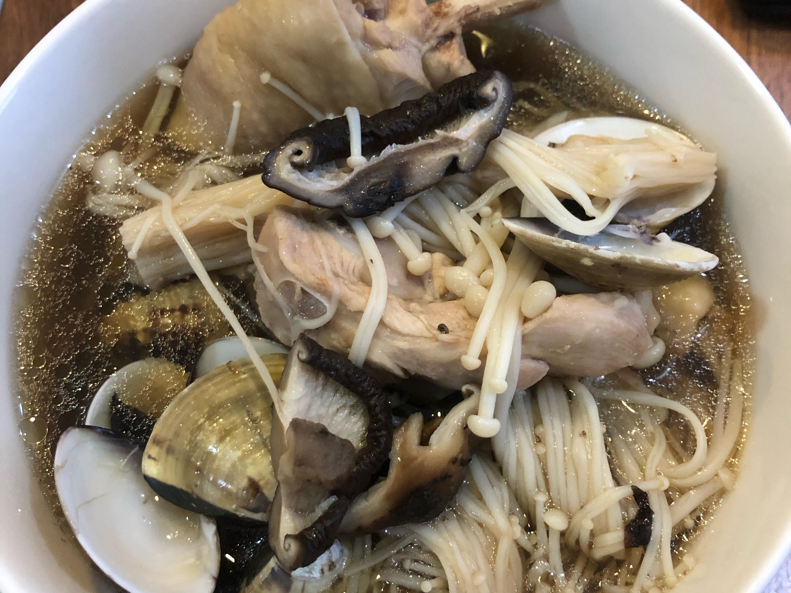 黑蒜頭香菇金針蛤蜊雞湯
