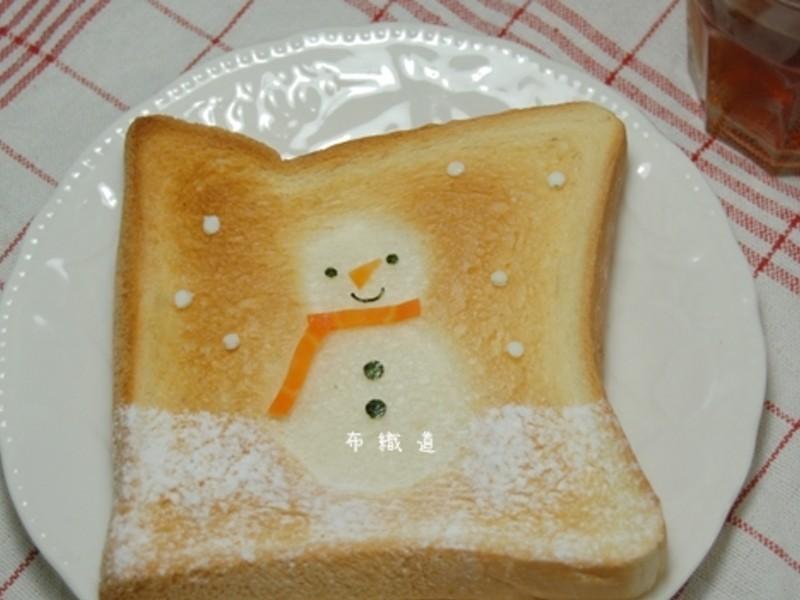 可愛的雪人土司-只要四步驟(剪,烤,灑,放)