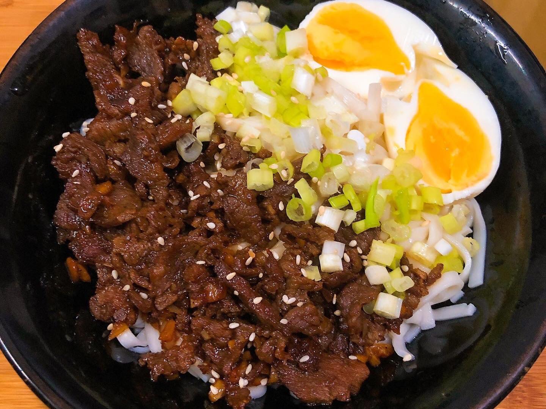 【韓式-輕食】 牛肉糖心蛋拌麵