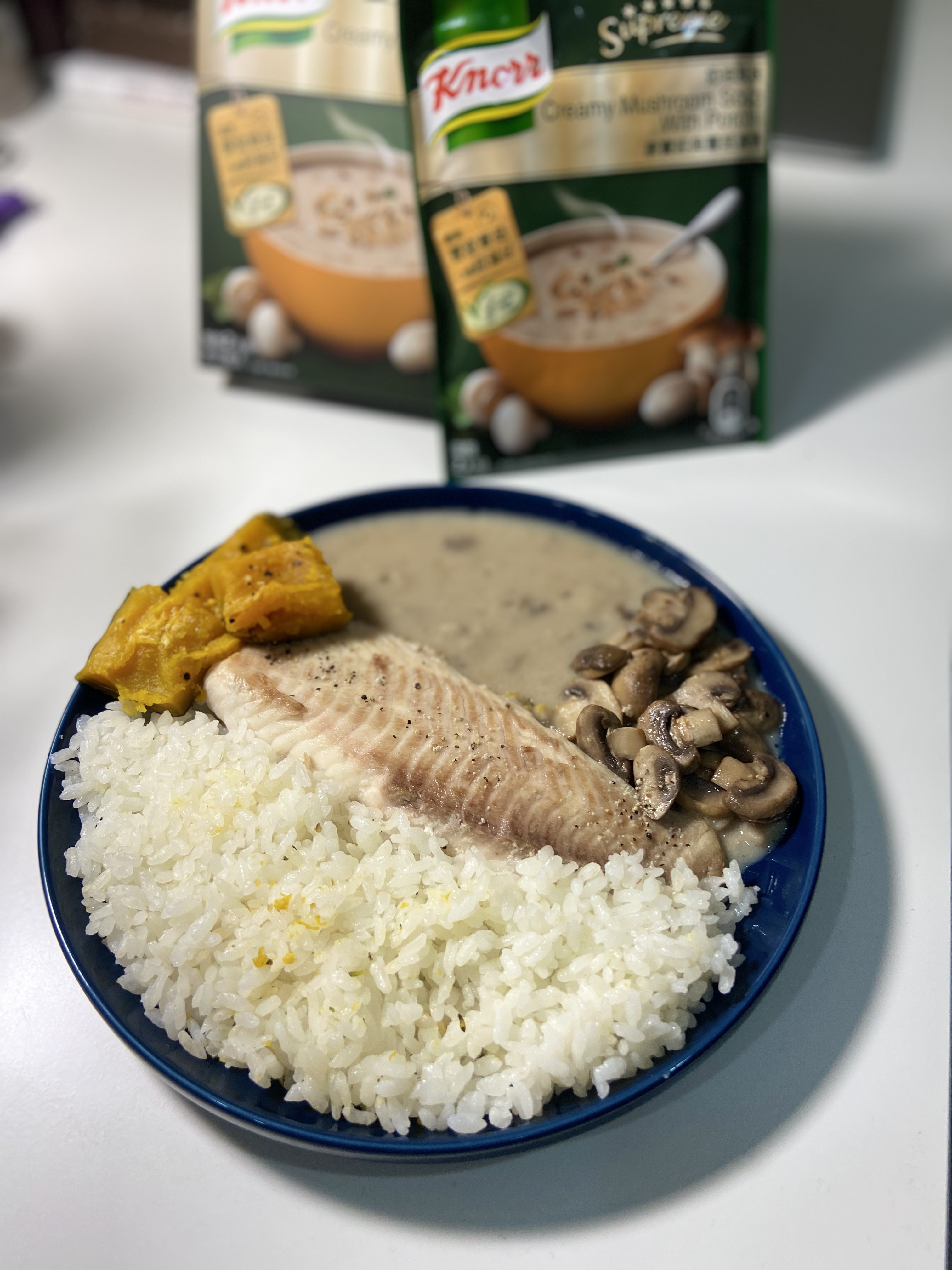 嫩煎魚排佐奶油蕈菇醬
