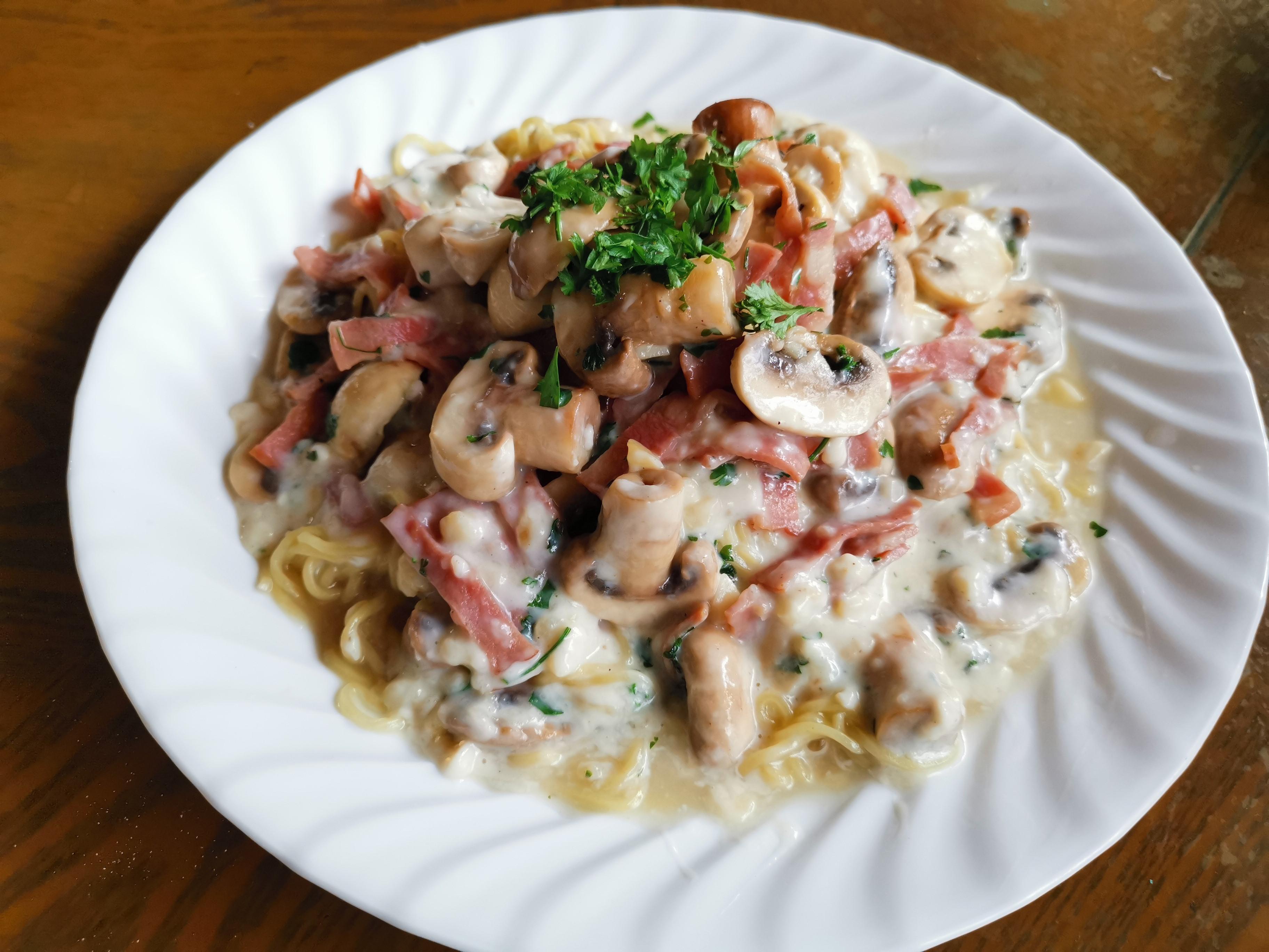 蘑菇+培根+香草的「白醬台灣麵」