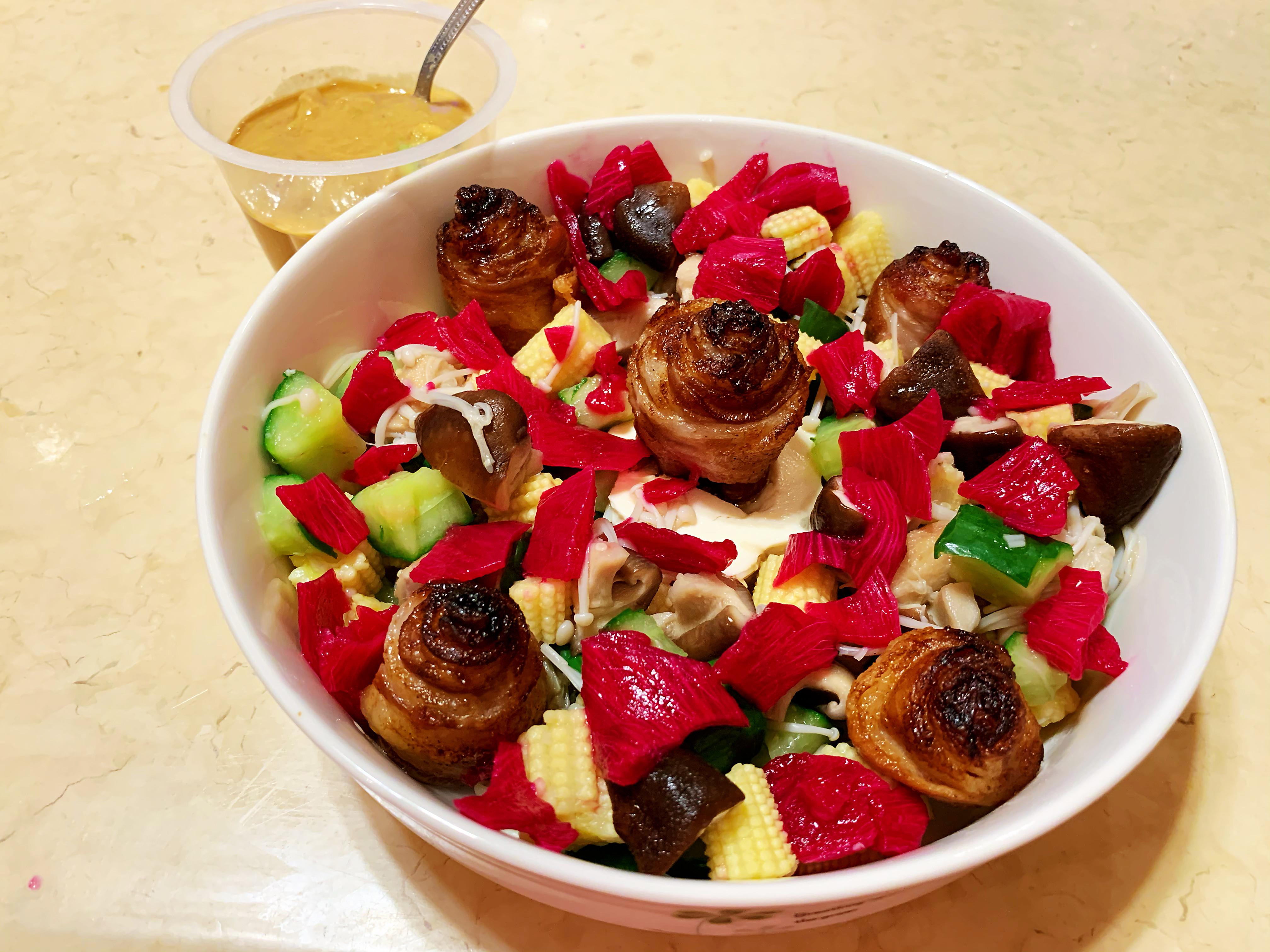 烤五花肉卷佐酪梨醬蔬菜沙拉