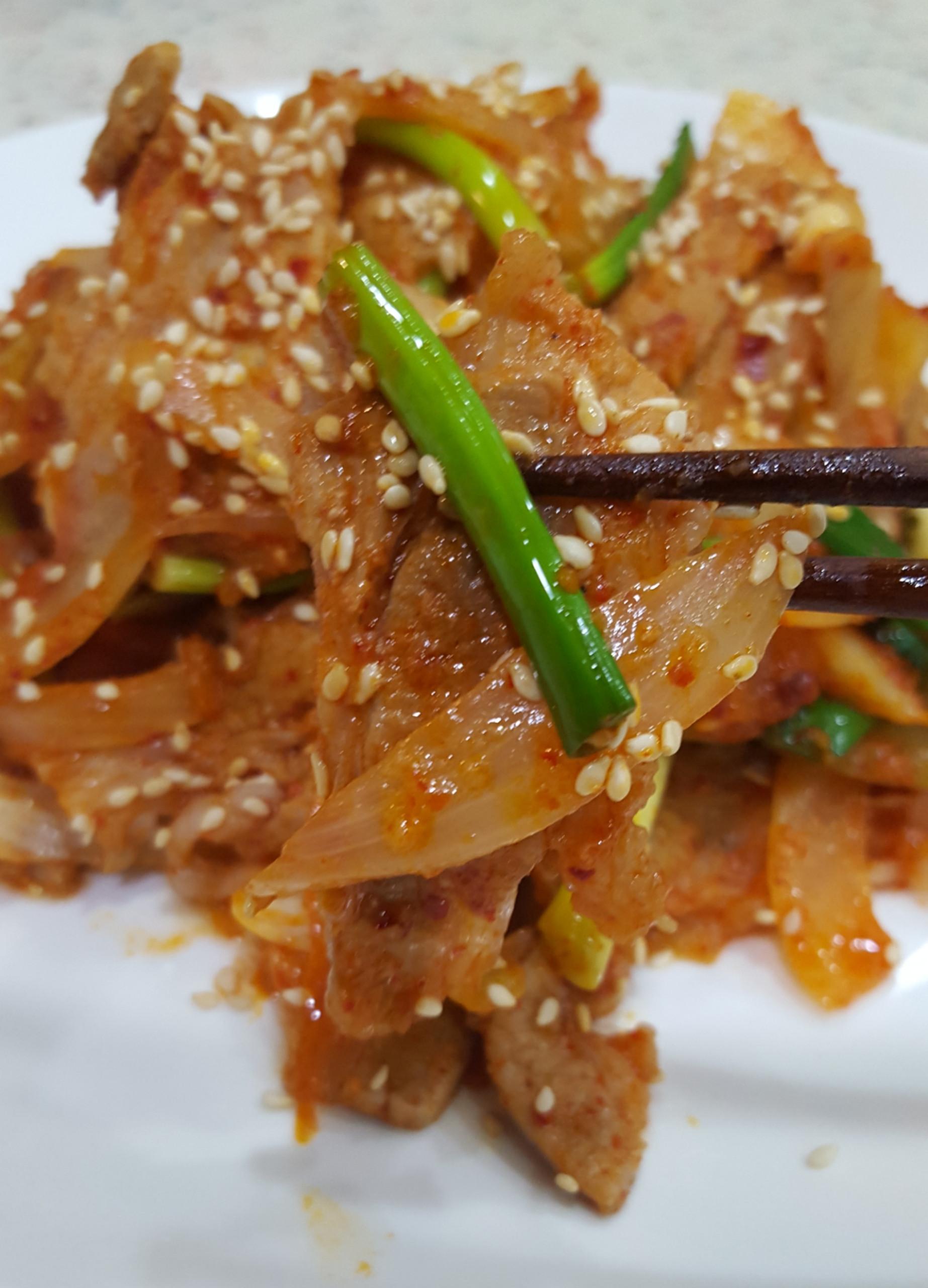 泡菜汁炒洋蔥肉片