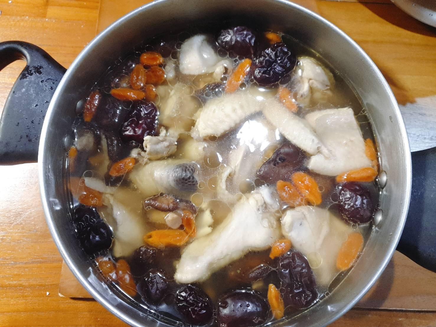 藥膳雞湯 枸杞紅棗當歸香菇雞湯