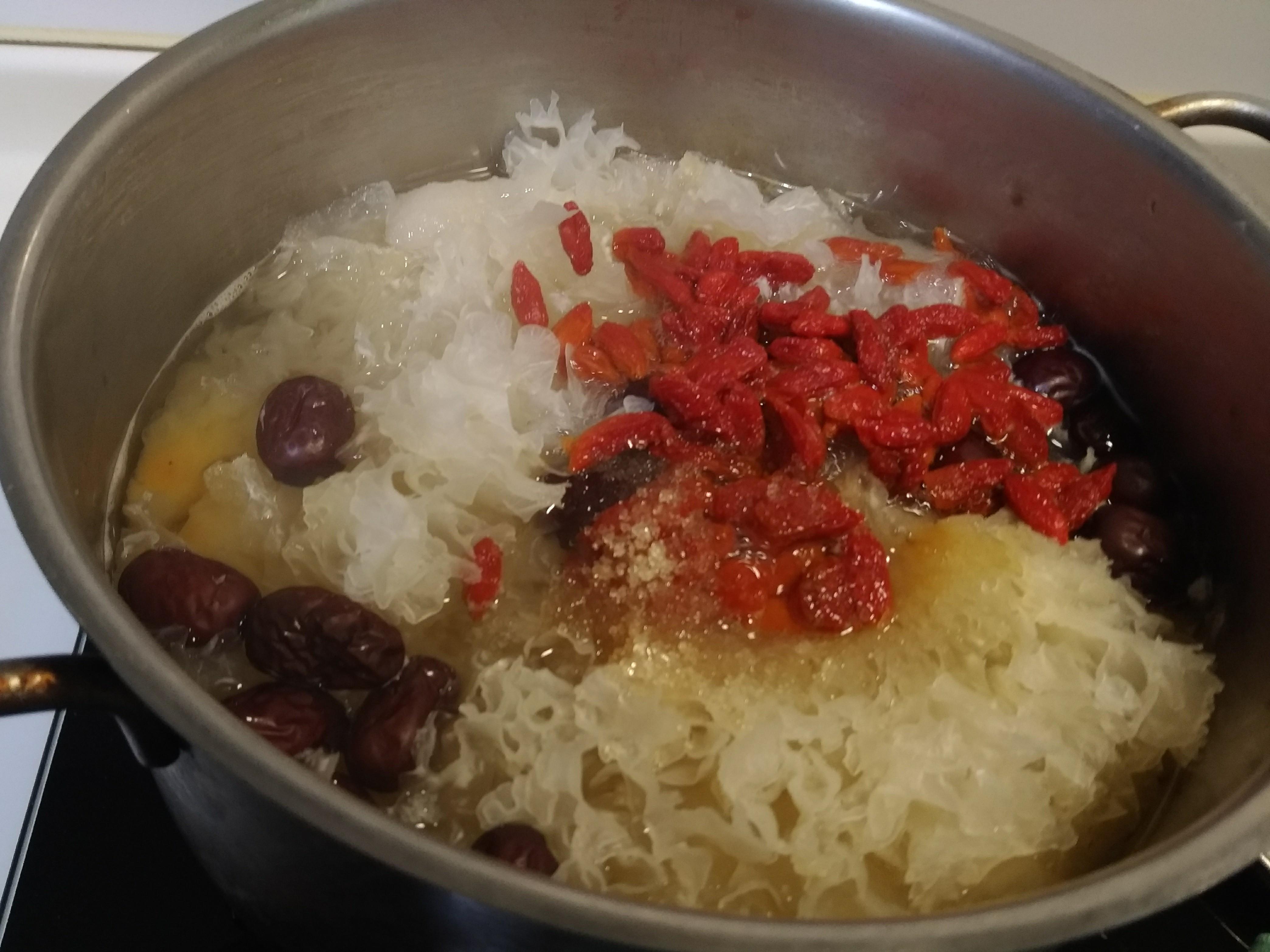 水噹噹💃 水梨白木耳紅棗美顏湯